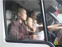 Chuyển 19 trẻ em và 14 người già từ chùa Bồ Đề đến Trung tâm bảo trợ