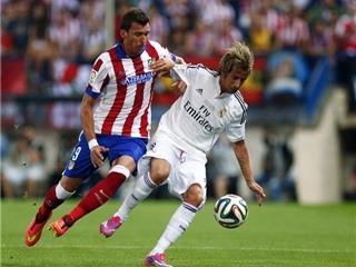 CHÙM ẢNH: Fan cuồng tấn công James Rodriguez, Simeone bị đuổi lên khán đài, Gabi đạp trúng... Juanfran