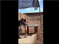 VIDEO: Bé gái 9 tuổi vô tình bắn chết thầy hướng dẫn bắn súng