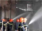 Cháy lớn tại xưởng gỗ ở TP.HCM