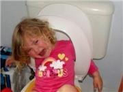 ẢNH: Tổng hợp những sự cố mắc kẹt hài hước nhất của trẻ
