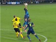 VIDEO: Koscielny 'chơi bóng chuyền' trước Dortmund