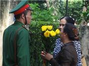 Đồng bào về nhà 30 Hoàng Diệu thắp hương giỗ đầu Đại tướng Võ Nguyên Giáp