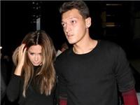 Bạn gái dọn đồ khỏi nhà Mesut Oezil sau bê bối gạ tình