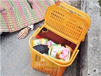 Chiếc giỏ mang đồ sơ sinh bên quốc lộ