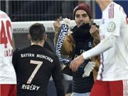 CĐV Hamburg nhảy vào sân, tát Ribery, giơ 'ngón tay thối' khiêu khích