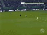 VIDEO: Manuel Neuer suýt mất bóng khi chơi như một... tiền vệ