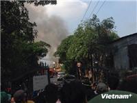 Đang cháy lớn tại xưởng gỗ gần Ga Giáp Bát