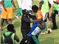 CAN 2015: Cảnh sát đánh CĐV quá khích, Gervinho bị... tụt quần ngay trên sân