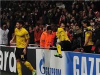 Sao Dortmund xếp hàng bắt tay CĐV sau trận thua Arsenal