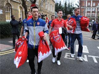 Sao Arsenal 'hóa' Ông già Noel, đi làm từ thiện