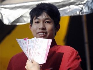 CHÙM ẢNH: Chen lấn mua vé xem Xuân Trường, Công Phượng, Tuấn Anh...