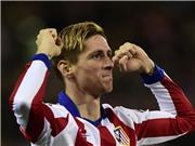 Torres hôn cỏ sau pha làm bàn đẳng cấp vào lưới Barca ngay giây thứ 38