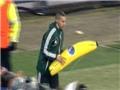 BÊ BỐI ở Europa League: Gervinho bị ném chuối, CĐV Ukraina đánh nhau