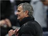 VIDEO: Jose Mourinho trượt cỏ ăn mừng đầy phấn khích, nhường cầu thủ trẻ nâng Cúp