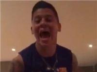 VIDEO: Marcos Rojo mặc đồ Barca hò hét, chọc tức fan Man United?