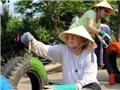 Tây đội nắng làm sân chơi cho trẻ em nông thôn