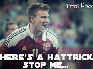 ẢNH CHẾ Bendtner nổ sau hat-trick: 'Messi, Ronaldo là ai?'. Wenger choáng váng trượt chân