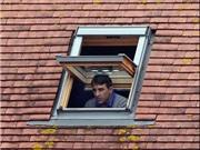 CỰC ĐỘC: Bị cấm chỉ đạo, HLV leo lên mái nhà theo dõi đội bóng thi đấu