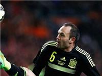 Hiddink cảm thấy xấu hổ khi CĐV Hà Lan la ó Iniesta