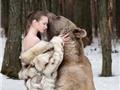 """Người mẫu Nga """"hớ hênh"""" khoác áo lông thú... bảo vệ gấu"""