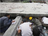 Vụ động đất ở Nepal: Xót xa cảnh tay không cào bới đống đổ nát tìm người