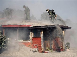 Sốc với cảnh dân Chile vác xẻng lên mái nhà... xúc tro bụi núi lửa