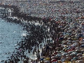 Kinh hoàng những bãi biển đặc kín người trên thế giới