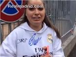 Nữ CĐV mếu máo, bấn loạn vì được ôm Cristiano Ronaldo
