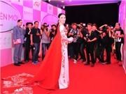 Người mẫu Trà Giang gây sửng sốt vì váy dài... 18m