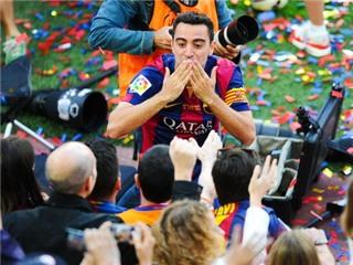 Xavi được các đồng đội tung hô trong trận đấu cuối cùng của anh ở Liga