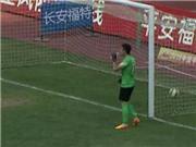 Thủ môn Trung Quốc bị phạt 5000 bảng vì để thủng lưới khi mải... uống nước