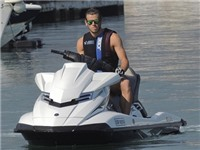 Gareth Bale thể hiện tốc độ khủng khiếp trên... mặt nước