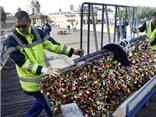 VIDEO: Chính quyền Paris chính thức 'khai  tử' 700.000 ổ khóa tình yêu