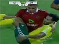 Nằm vạ câu giờ, cầu thủ Ai Cập bị đối thủ bế ra ngoài sân