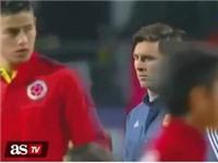 VIDEO: Messi nhìn James Rodriguez với ánh mắt 'hình viên đạn'