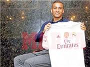 Danilo kiêu hãnh khoác lá cờ Real Madrid ngày ra mắt