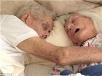 Nghẹn ngào cảnh cụ ông ôm vợ cho tới hơi thở cuối cùng