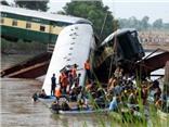 VIDEO: Tàu hỏa rơi xuống kênh đào, gần 120 người thương vong
