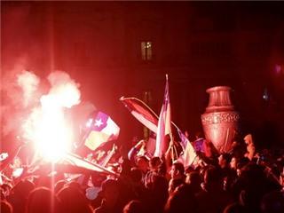 CHÙM ẢNH: Người Chile bắn pháo hoa, đổ ra đường ăn mừng danh hiệu lịch sử