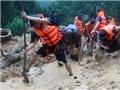 Chùm ảnh: Dùng cuốc, xẻng đào bới để tìm 9 người trong một gia đình bị thương vong do nhà sập vì mưa lũ