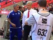 Mourinho cáo buộc Wenger 'trốn' bắt tay sau trận Siêu Cúp Anh