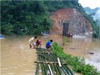 Mưa lụt ở Thanh Hóa: Người dân phải kết bè mảng để đi lại