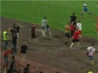 SỐC!!! Cổ động viên đuổi đánh cầu thủ ngay trên sân trong một trận giao hữu