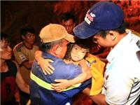 Nghẹt thở 9 tiếng giải cứu bé gái rơi xuống đường ống giếng sâu