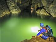 Thỏa thê tắm táp, bơi lội trong 'hồ tiên' giữa hang sâu 4,5km