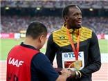 Usain Bolt được cameraman tặng quà