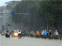 Mây dông tiếp tục trút mưa xuống nội thành Hà Nội
