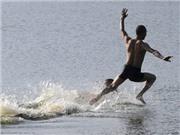 KHÓ TIN: Nhà sư Thiếu lâm lập kỷ lục chạy 125m trên mặt nước