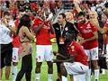 Cầu thủ Nigeria cầu hôn thành công ở trên sân bóng